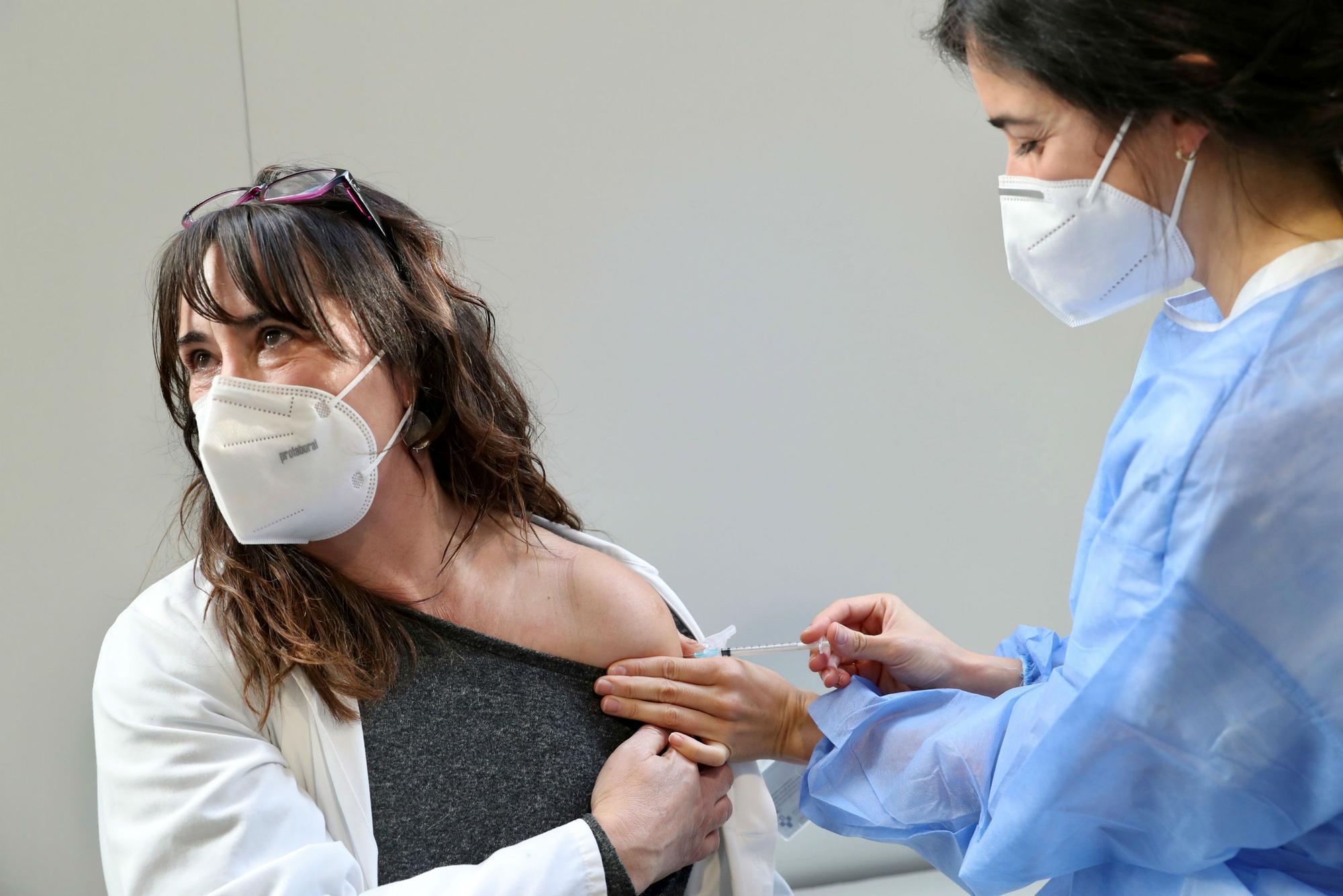 Una de las profesionales del hospital de Mieres recibe su dosis de vacuna.