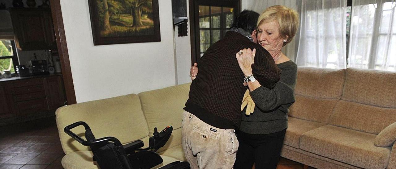 Una mujer cuida a su hijo, con una discapacidad de más del 90%, en A Coruña.