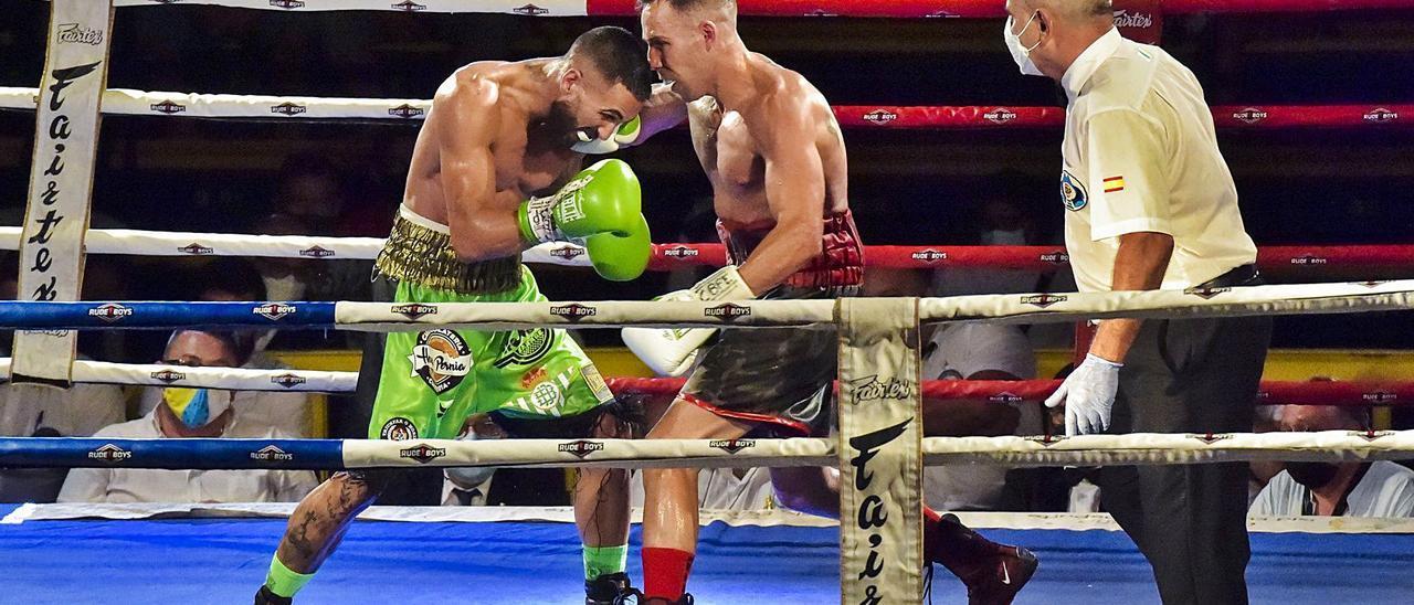 Zeus De Armas, con calzón rojinegro, conecta una mano en el cuerpo de Carlos Pérez, en el combate por el título nacional de peso ligero el pasado domingo      ANDRÉS CRUZ