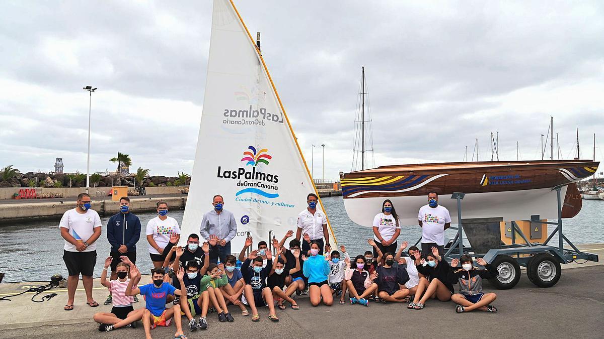 Presentación ayer de la iniciativa del bote de vela latina que viajará a la Península para promocionar la ciudad.  | | LP/DLP