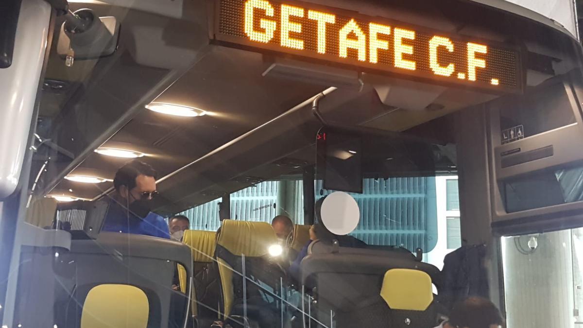 El autocar del Getafe, con Bordalás al frente, saliendo del aeropuerto de El Altet