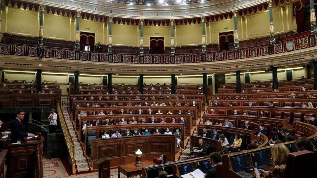 El PSOE incumple la distancia social para aplaudir a Sánchez en el Congreso