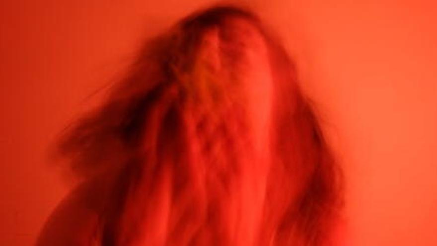 Persones que han patit abusos sexuals en la infància s'expressen a través de la fotografia en una exposició