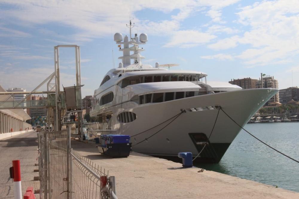 Vive la Vie, yate de superlujo que ha atracado en el Puerto de Málaga este año.