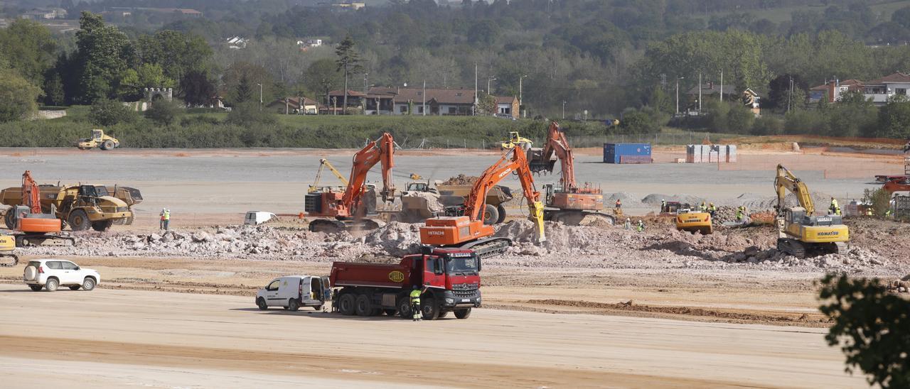 Obras en la zona de la explanada en la que se edificará la gran nave de Amazon en Bobes (Siero).