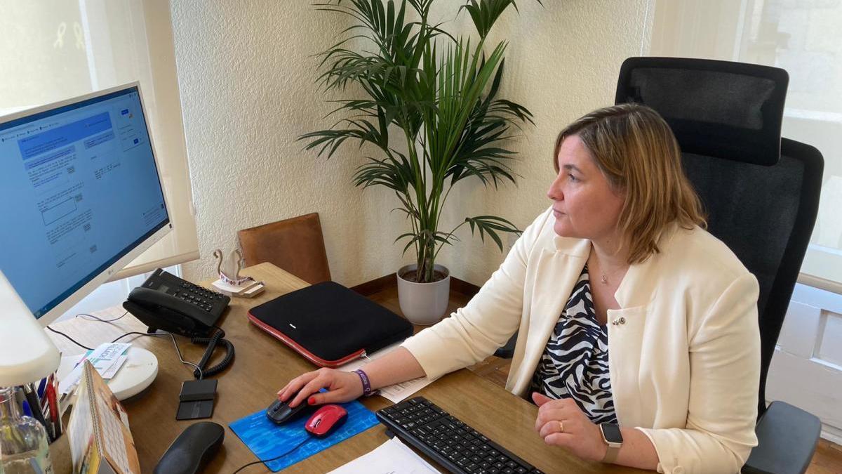 Agnès Lladó responent els lectors durant l'entrevista.