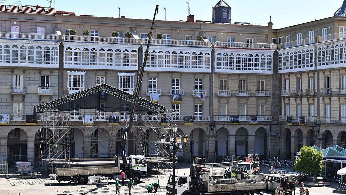 Instalación, onte, do escenario dos concertos das festas na praza de María Pita.