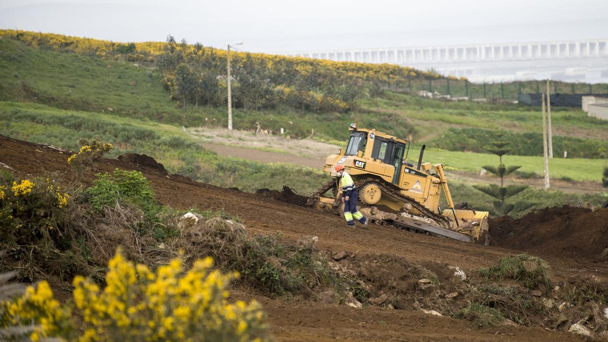 Una excavadora trabaja en el desbroce del terreno por el que discurrirá el poliducto
