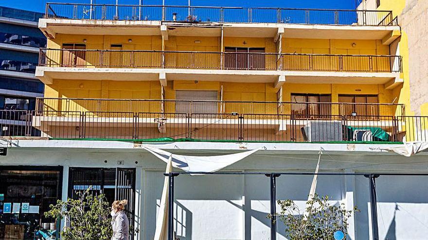 Los dueños adecentan un edificio «fantasma» de Benidorm tras años de deterioro y quejas
