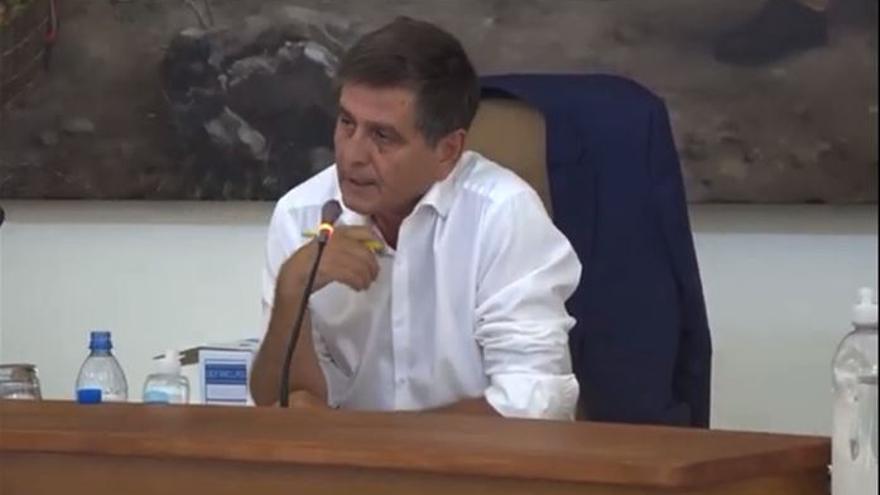El alcalde de Santa Lucía expulsa del pleno a un «energúmeno» de la oposición