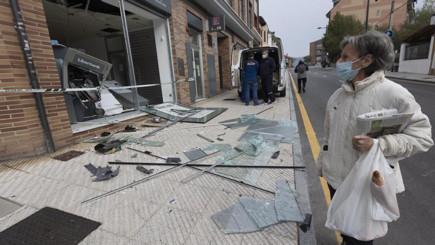"""Hablan los vecinos de San Claudio tras tras la explosión de la oficina bancaria:  """"Fue el mayor susto de mi vida"""""""