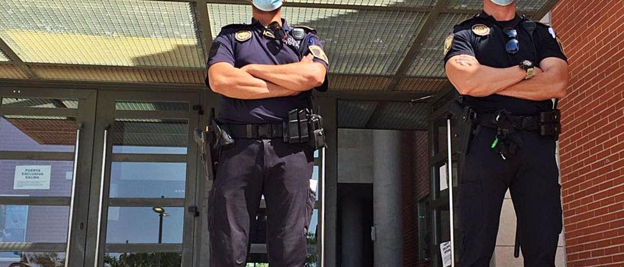 Agentes velando por la seguridad y el distanciamiento, ayer. V. R.