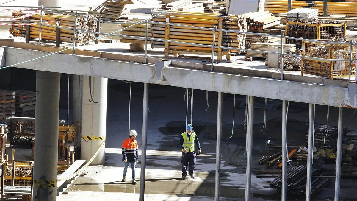 Dos trabajadores, en un edificio en construcción. |   // ALBA VILLAR