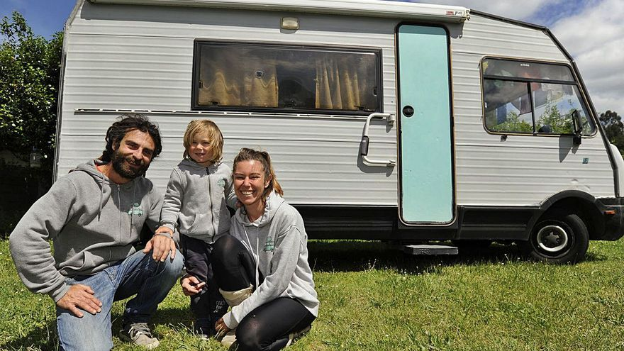 Una familia con el hogar a cuestas