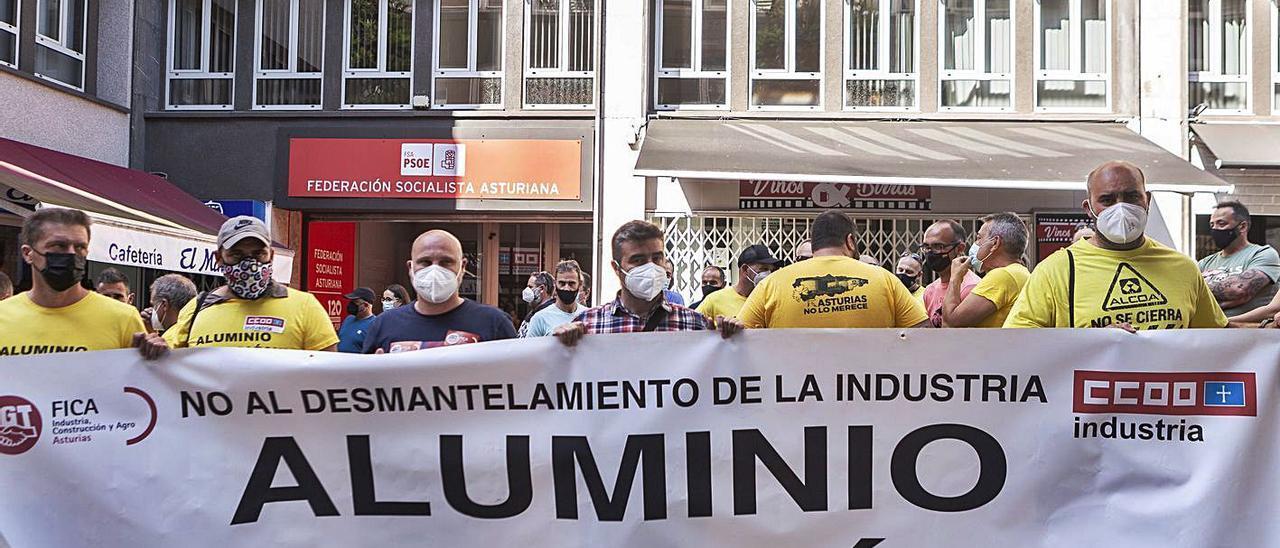 Representantes sindicales de Alu Ibérica, ayer, en las puertas de la FSA-PSOE, en Oviedo.