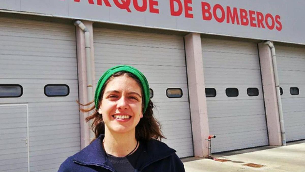 Marusela, delante de las instalaciones del Parque de Bomberos de Benavente. | Marta Frechilla