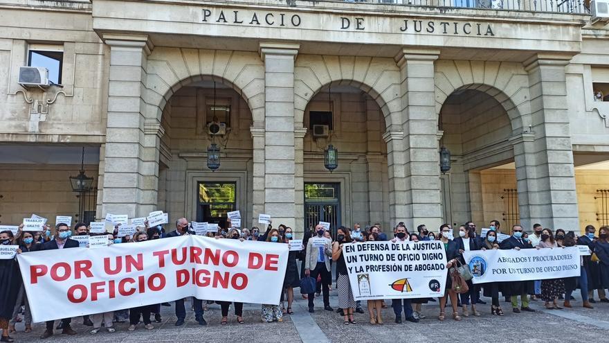 """Abogados del turno de Córdoba protestan por un salario """"digno"""" y una """"mejora de las condiciones laborales"""""""