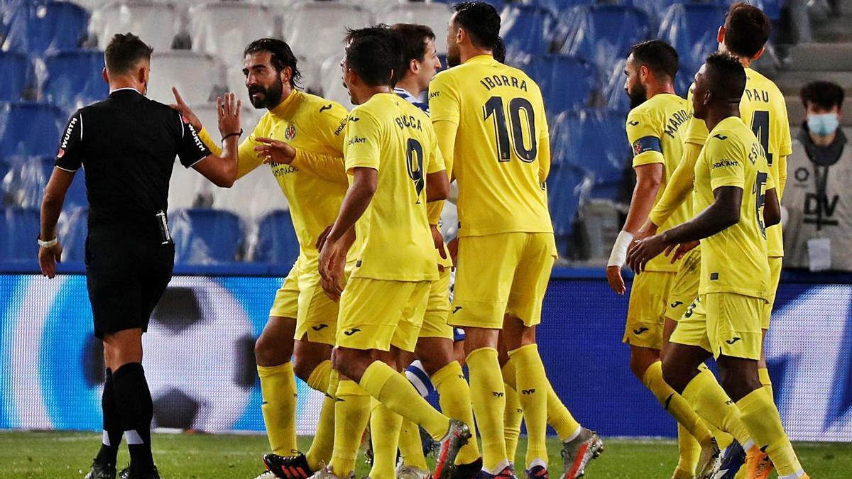 Raúl Albiol y sus compañeros protestan el penalti señalado a favor d ela Real Sociedad.   EFE/JUAN HERRERO