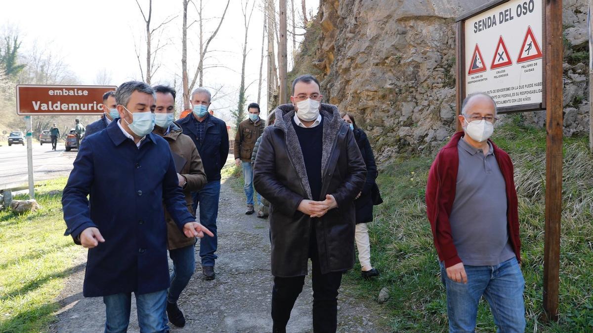 Archivo - El presidente del Principado, Adrián Barbón, en una visita a la senda del oso.