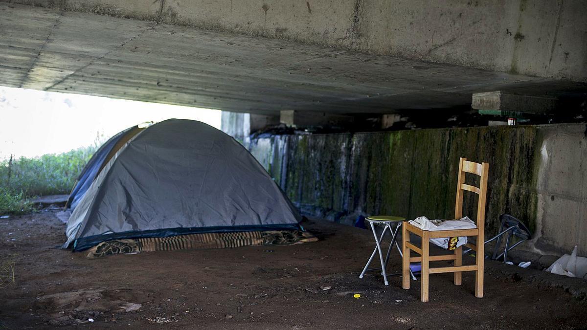 Tiendas de campaña bajo el puente de la autovía A-52, al lado del Miño.     // BRAIS LORENZO
