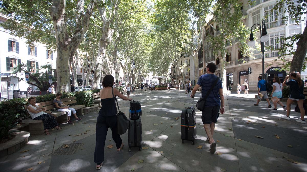 Turistas por el Born de Palma.