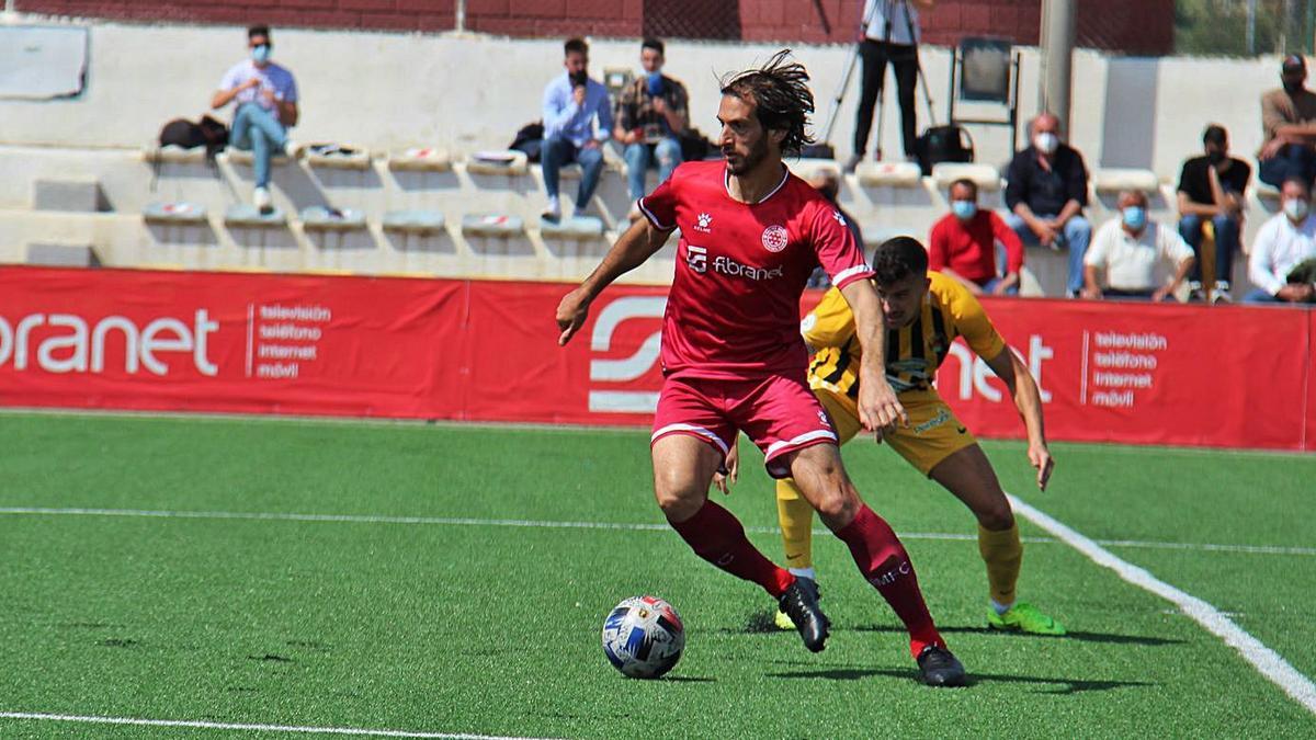 Fran Moreno es presionado por un rival durante el encuentro.