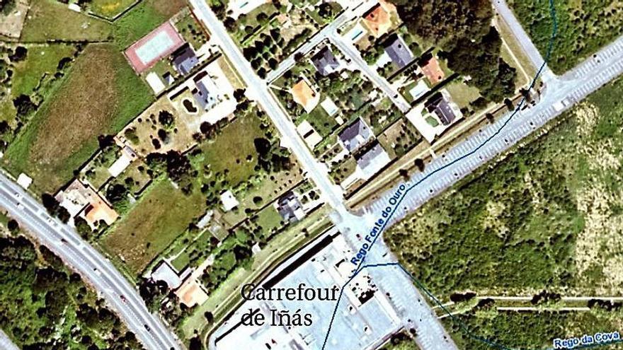 Hacienda saca a subasta la gasolinera de A Chasqueira y Carrefour tramita una en Iñás