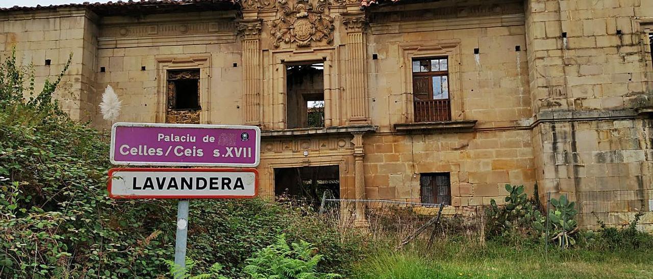 Estado actual del palacio de la Torre de Celles, en Lavandera, Siero, con grietas en la fachada.   A. I.