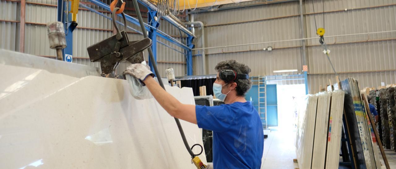 Un trabajador en una fábrica de mármol de Alicante.