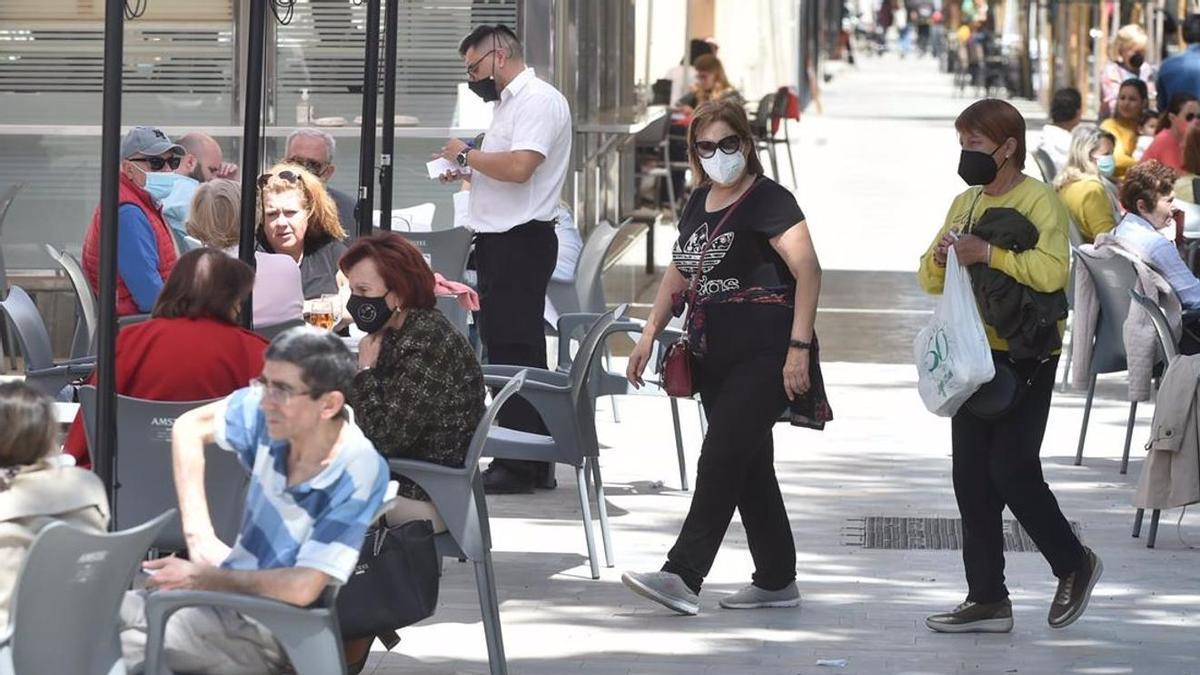Varias personas en la terraza de un bar de Murcia.