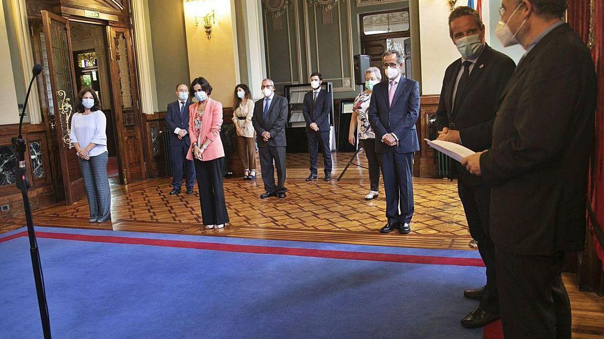 A la derecha, Leopoldo Tolivar y el presidente de la Junta, Marcelino Marcos Líndez. En segundo término, por la derecha, los distinguidos Alberto Arce, Dolores Carcedo y Encarnación Vicente.