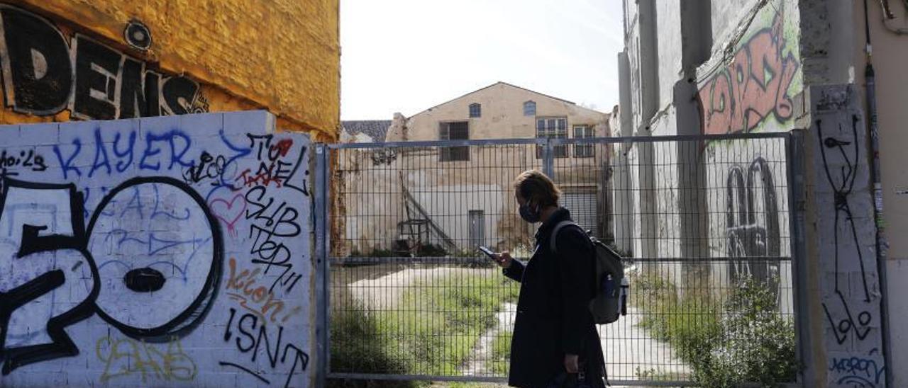 Entrada a la antigua nave industrial en la calle Blanqueries que la Generalitat quiere convertir en un acceso para el Centre del Carme. | M.A.MONTESINOS
