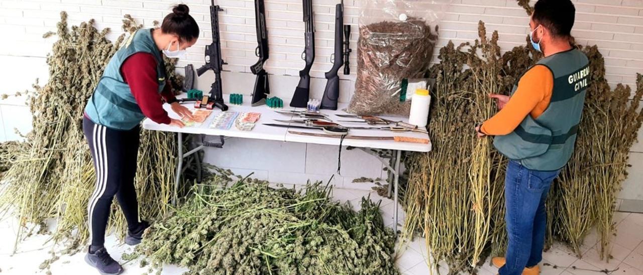 Imagen de las armas, munición y marihuana intervenida en la operación