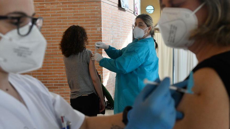 La lluvia no frena la voluntad de los docentes por vacunarse contra la covid