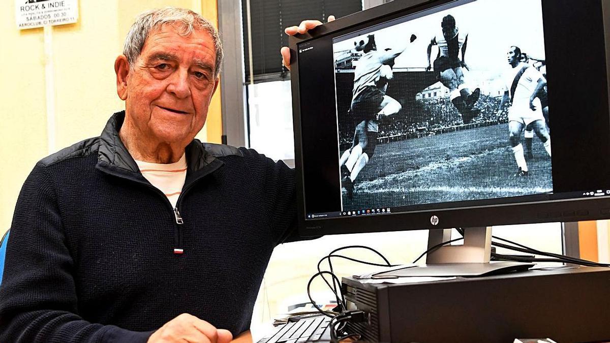 Eduardo López, 'Beci', en LA OPINIÓN, junto a la imagen de su histórico gol al Rayo de 1971. |  // C. PARDELLAS