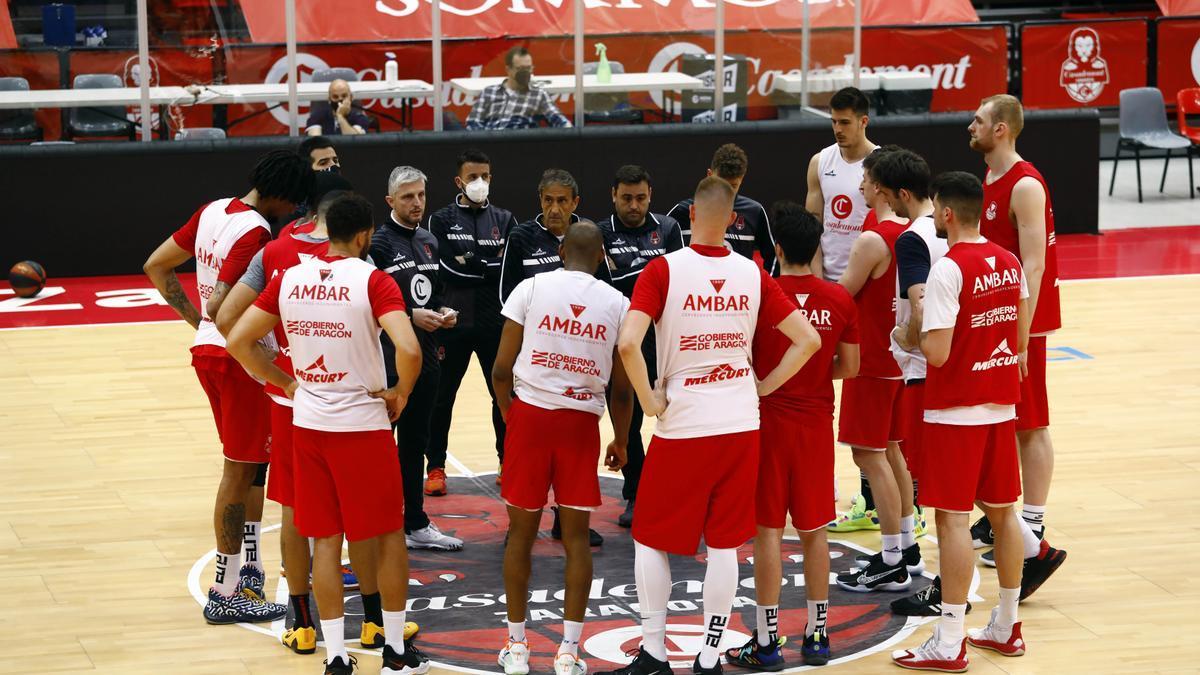 Luis Casimiro se dirige al equipo tras el entrenamiento de este martes.