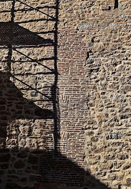Una línea de muro de ladrillo en un lienzo de muralla.