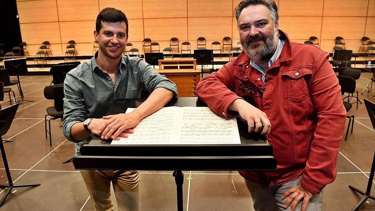 Jorge Montes y Enrique Iglesias, directores de la Sinfónica Infantil, en el Coliseum.     // CARLOS PARDELLAS