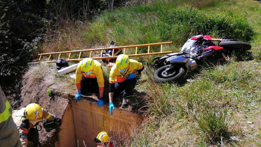 Dos ferits, un de gravetat, en sortir de la via amb la moto i caure dins un pou de desguàs a Esparreguera