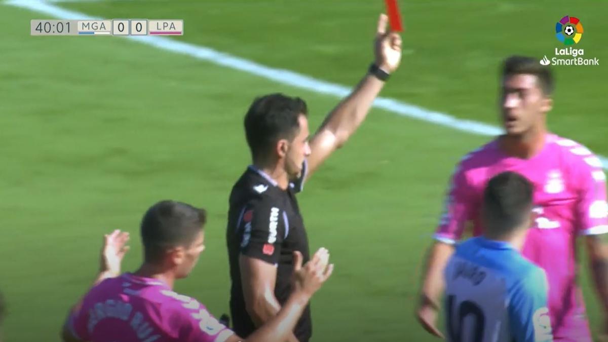 Momento en el que el árbitro muestra la tarjeta roja a Álex Suárez