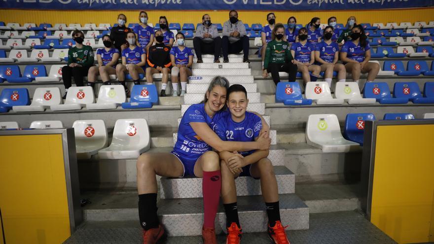 Rocío Garrido vuelve a jugar al balonmano a los 43 años: juega en el Base Oviedo, el mismo club en el que destaca su hijo Yoel