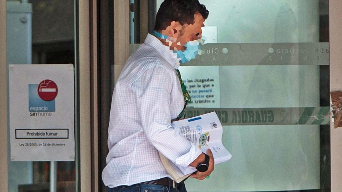 Un agente de la UCO entra en la Ciudad de la Justicia con el atestado del caso Azud, para entregarlo a la jueza y el fiscal anticorrupción. | EFE/BIEL ALIÑO