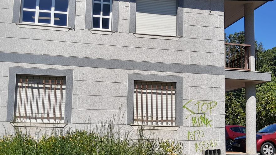 Pintadas vandálicas en el Ayuntamiento de Pedralba de la Pradería