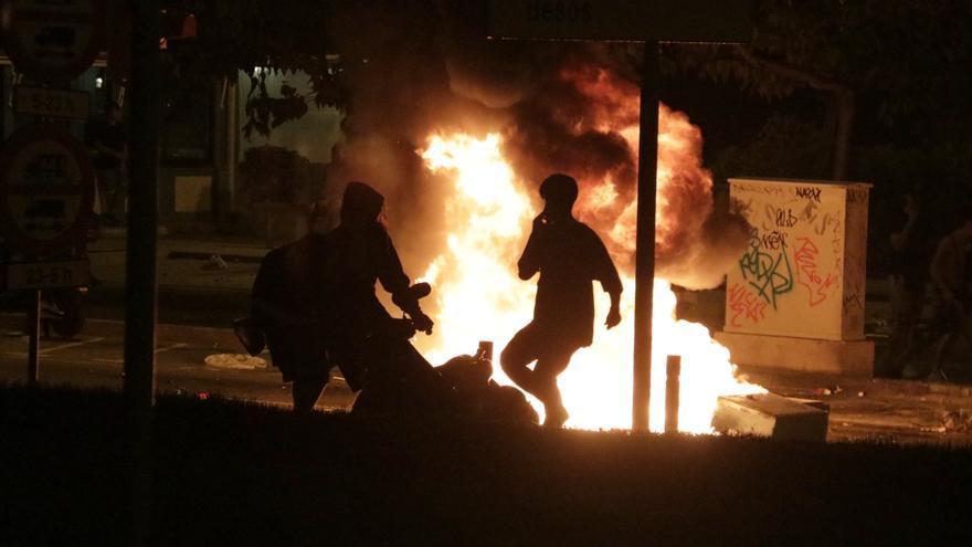Els Mossos fan una trentena de detencions en una nova nit d'aldarulls a Barcelona