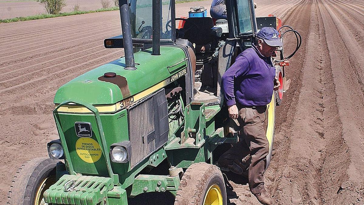 Un agricultor baja de su tractor.  // IÑAKI OSORIO