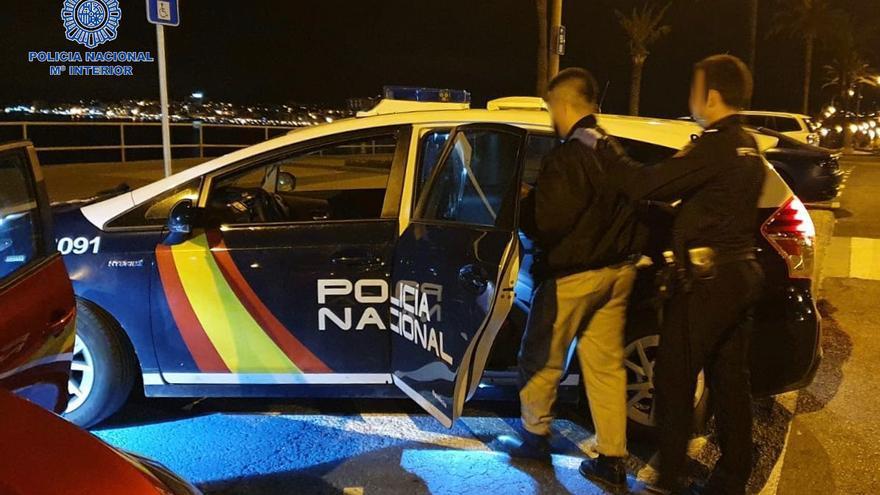 La Policía sorprende in fraganti a un joven robando en un coche aparcado en Palma