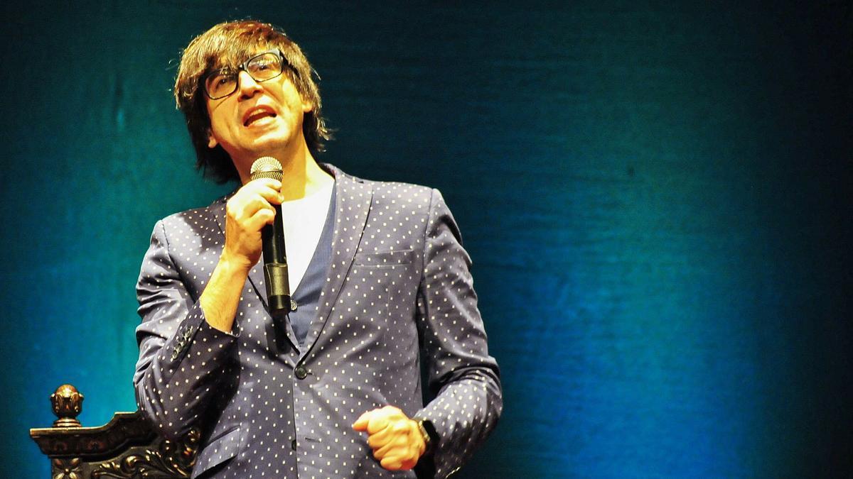 Luis Piedrahita se dirige al público en una actuación.  | // I. A.