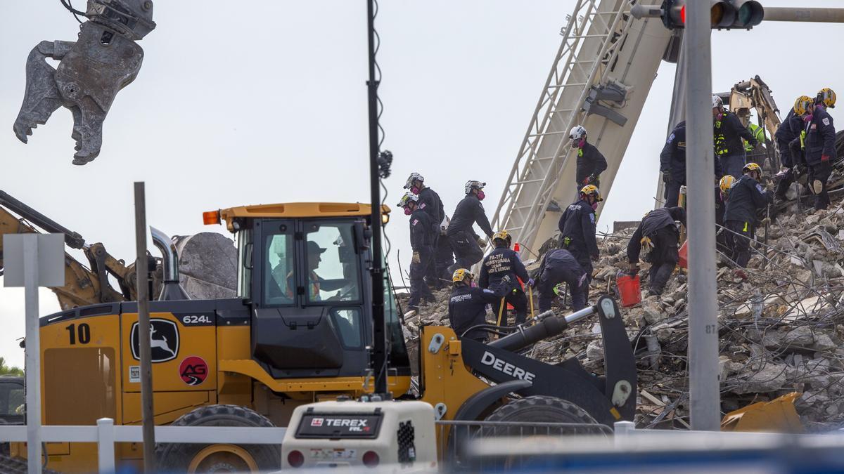 Aumentan a 32 los cuerpos hallados en los escombros del edificio en Miami-Dade