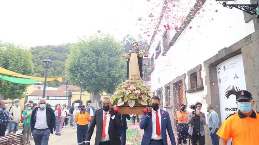 La imagen de           San Vicente Ferrer vuelve a su iglesia tras la visita a Teror