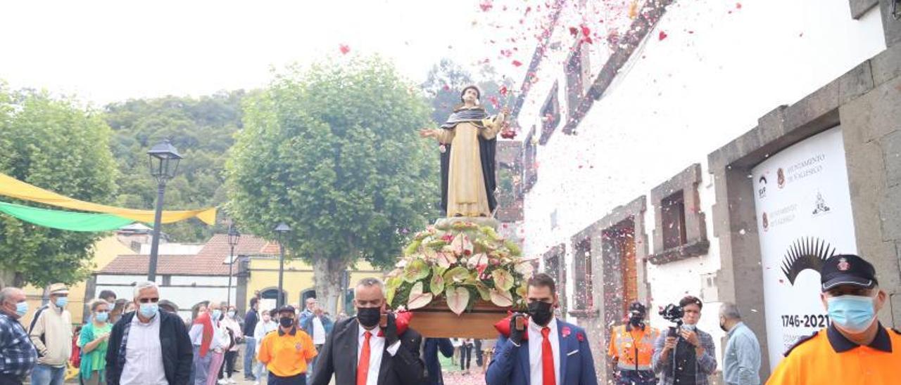 La imagen de San Vicente Ferrer es recibida con pétalos a su llegada a Plaza de Valleseco.     LP/DLP